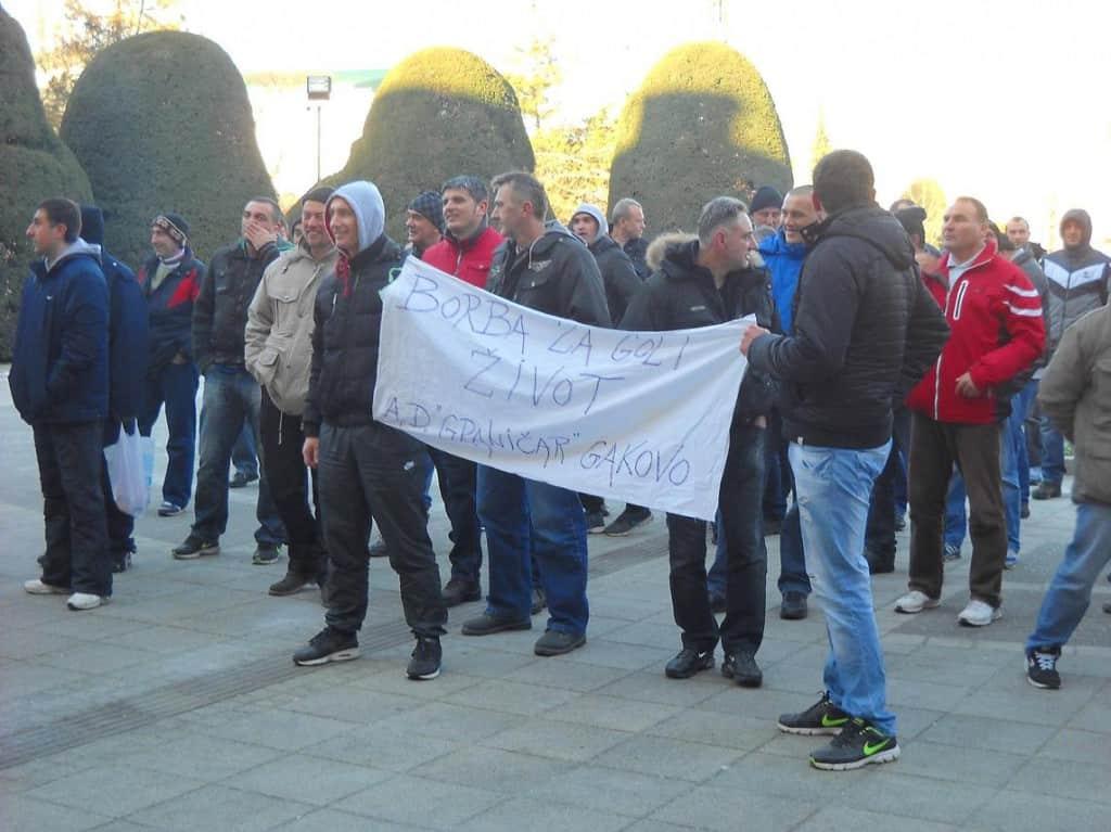 Sombor NEZADOVOLJSTVO Radnici Granicara ispred SG pred polazak u Beograd