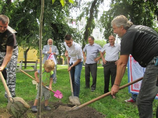 Sombor  Antonio Ratkovic i predstavnici motociciklista dva grada zasadili lipu slovemnstva