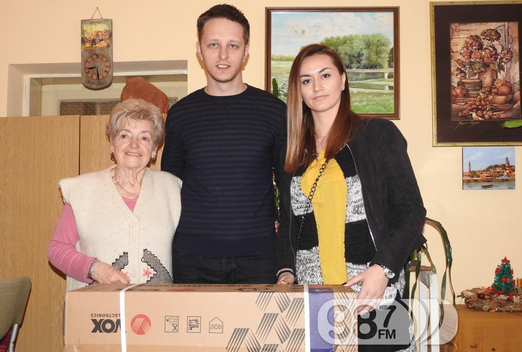 Marko Djumic, Milana Srdic, Mileva Babic, SNS poklonio klimu udruzenju penzionera
