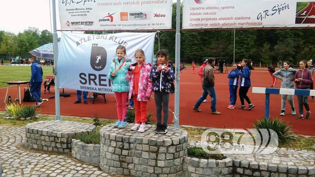 Milica Zanze, prva s desna