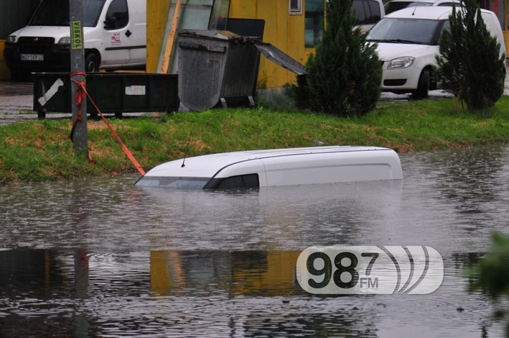 automobili u vodi, novi sad, kisa, poplava, partiznska ulica