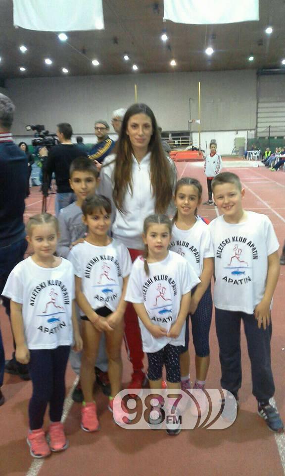 Apatinski mladi atletičari sa Ivanom Spanovic